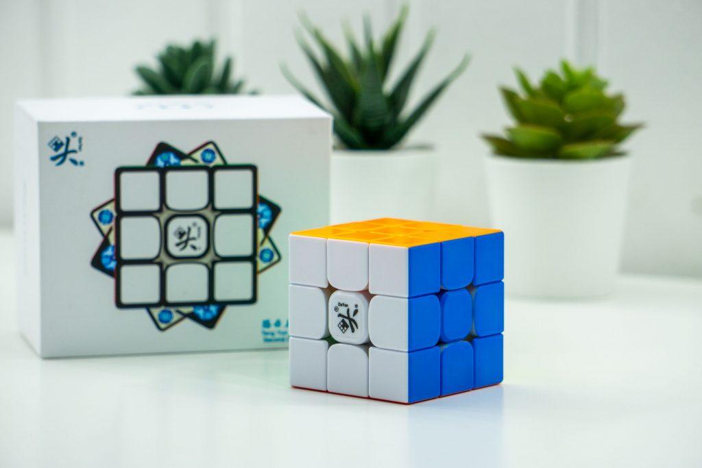tengyun-frontof-box