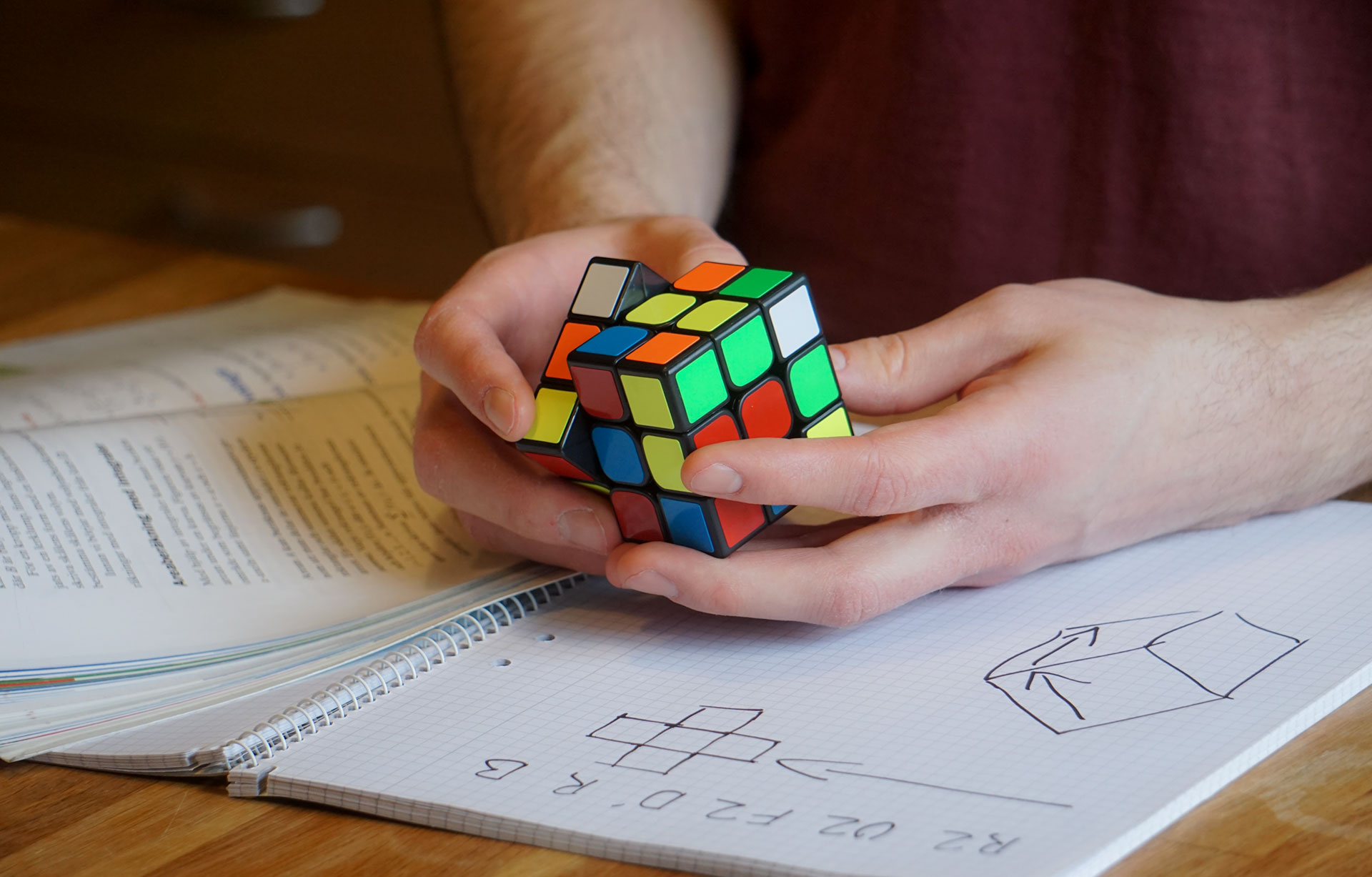 Man som jobbar på att lösa Rubik's kub